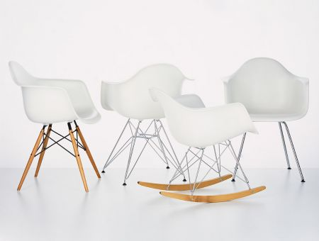 Armsessel Gruppe (Plastic armchair group) in weiß, © Foto: Vitra GmbH